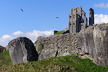 220px-Outer_bailey_wall_west_of_the_outer_gatehouse_corfe_castle