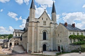 800px-Abbaye_Fontevraud_-_Eglise_Abbatiale,_facade_ouest